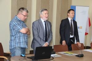 od lewej C. Miżejewski, Prezes OZRSS, K. Więckiewicz,  MPiPS, M. Pluta, Burmistrz Brzezin, fot.UM Brzeziny