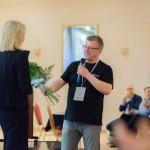 A. Ścigaj przyjmuje gratulacje od Prezesa OZRSS, fot. O. Jarzyna Spółdzielnia Socjalna FAJNA SZTUKA